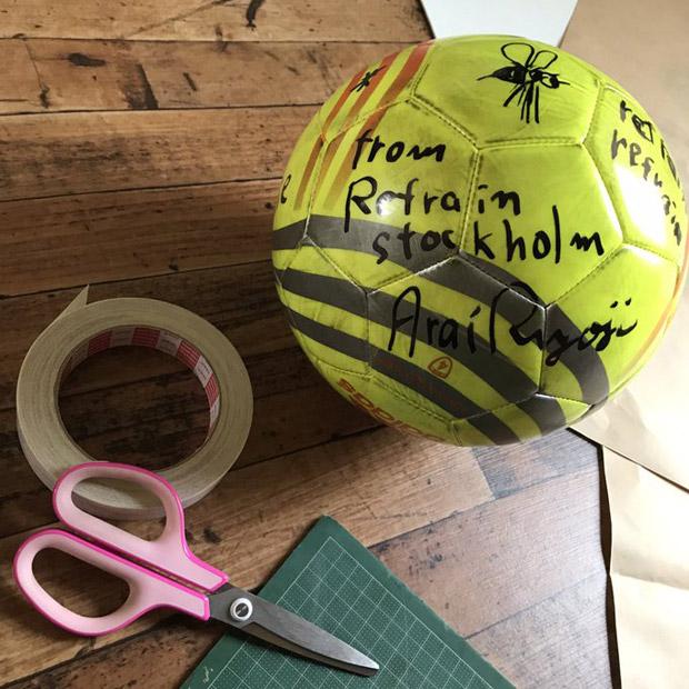 床材と荒井良二さんがサインしてくれたボール